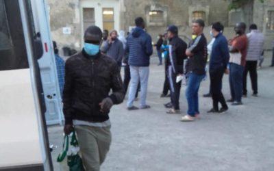Médiapart – Juin 2020 – Coronavirus: à Arles, des saisonniers agricoles confinés sans indemnité ni considération
